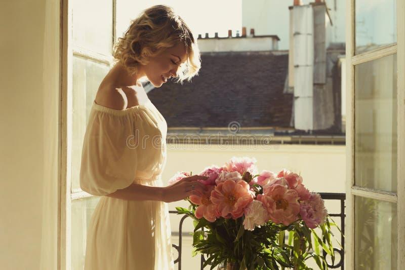 Piękna blondynka przy okno obrazy royalty free