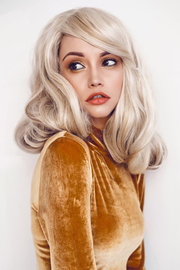 Piękna blondynka w aksamit sukni zdjęcia royalty free