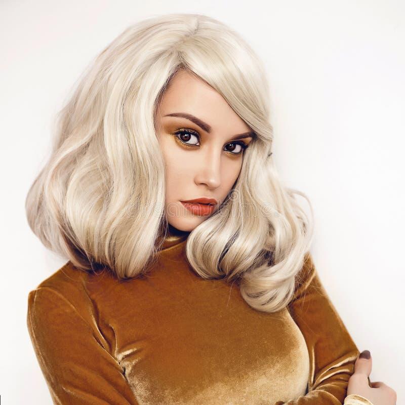 Piękna blondynka w aksamit sukni obraz stock