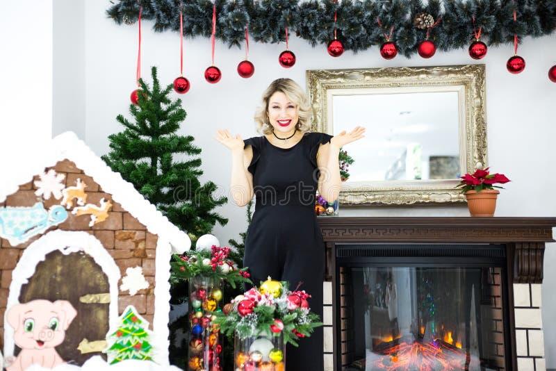 Piękna blondynka w czarnej sukni w nowy rok scenerii w fotografii studiu obraz royalty free