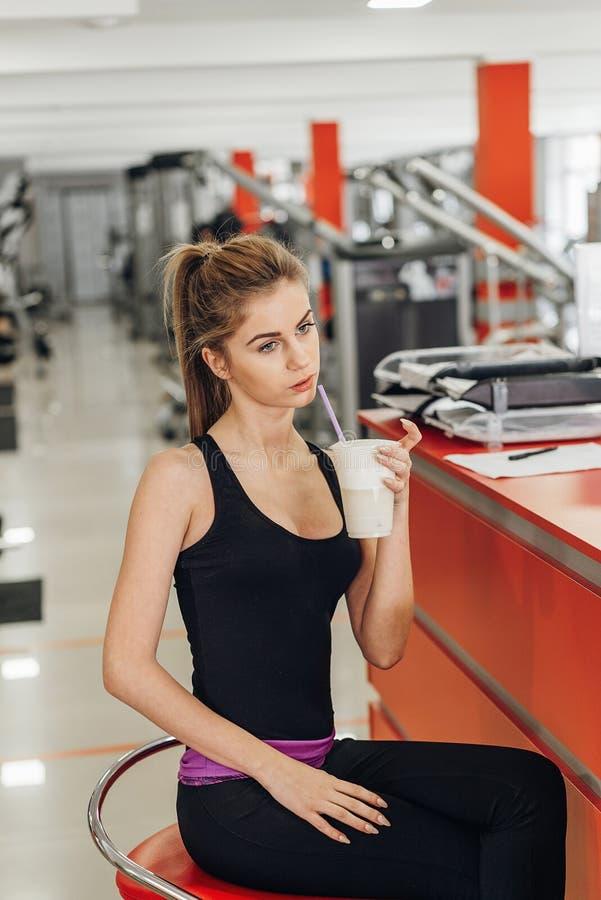 Piękna blondynka w gym napoju proteinie zdjęcie stock