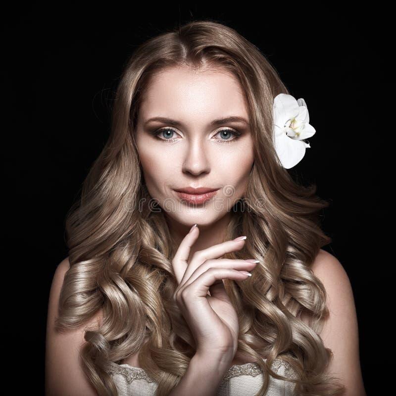 Piękna blondynka z długim falistym włosy obraz stock