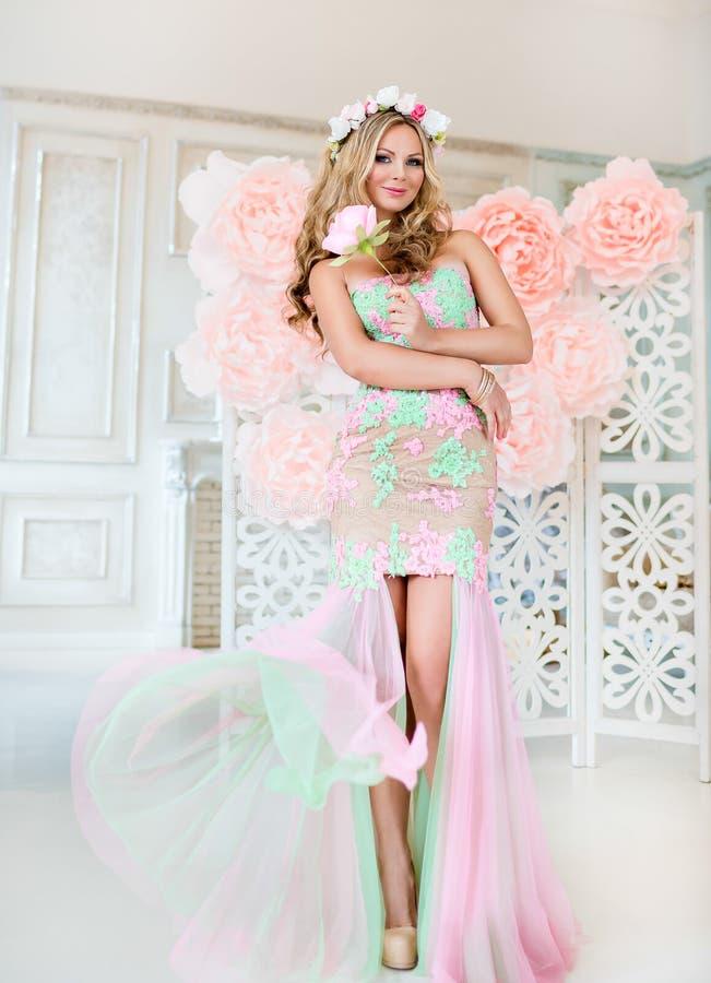 Piękna blondynki dziewczyna w koronkowej sukni z wiankiem kwiaty o zdjęcia stock