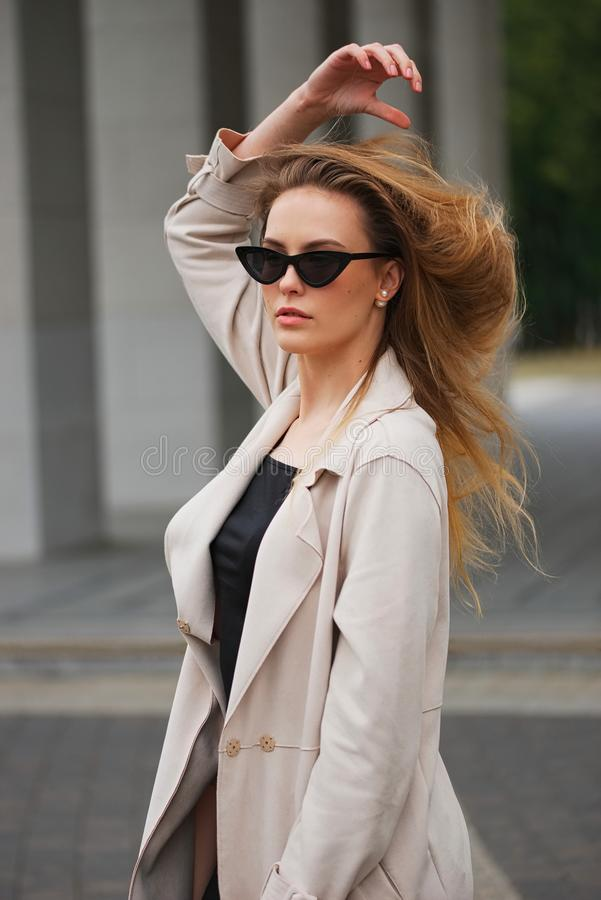 Piękna blondynki dziewczyna w ulicie zdjęcie stock