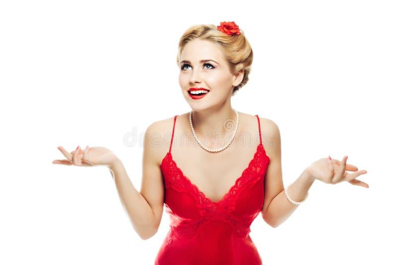 Piękna blondynki dziewczyna wewnątrz w górę stylowy ono uśmiecha się patrzeje w górę, wzrusza ramionami jej ręki i rozprzestrzeni fotografia royalty free