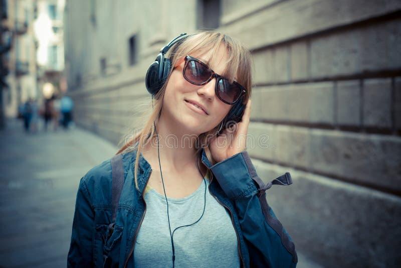 Piękna blondynki kobieta słucha muzyka obrazy stock