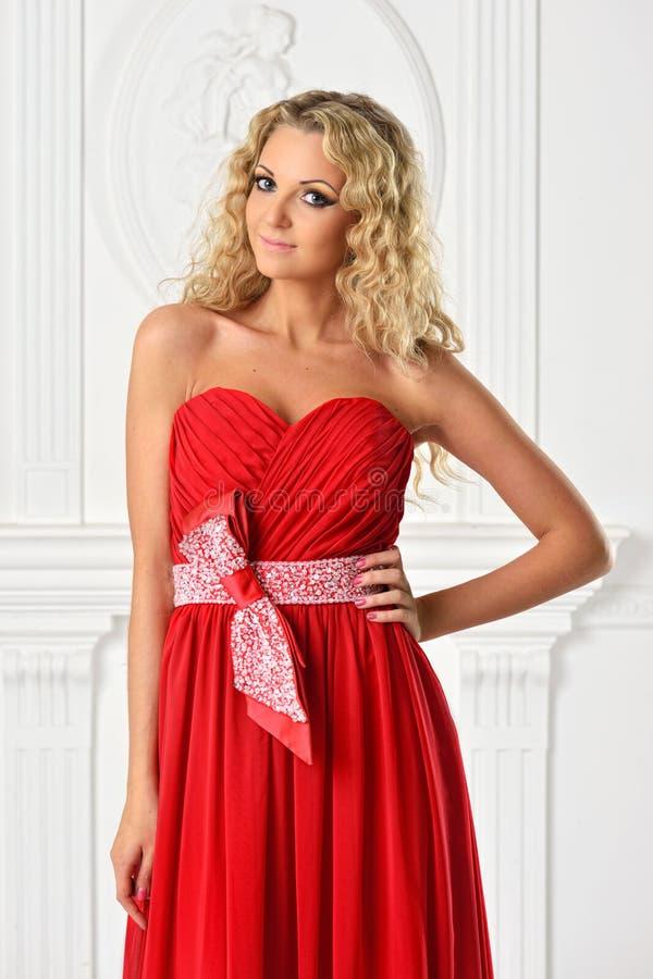Piękna blondynki kobieta w czerwieni sukni. zdjęcia stock