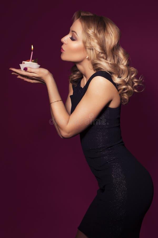 Piękna blondynki kobieta w luksusowej czerni smokingowej i kędzierzawej fryzurze zdjęcia stock