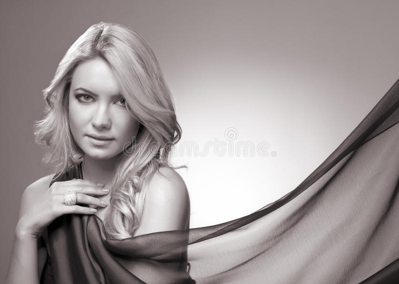 Piękna blondynki kobieta z chustą fotografia stock