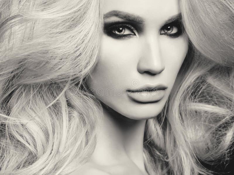 Piękna blondynki kobieta z dymiącym oka makeup zdjęcia royalty free
