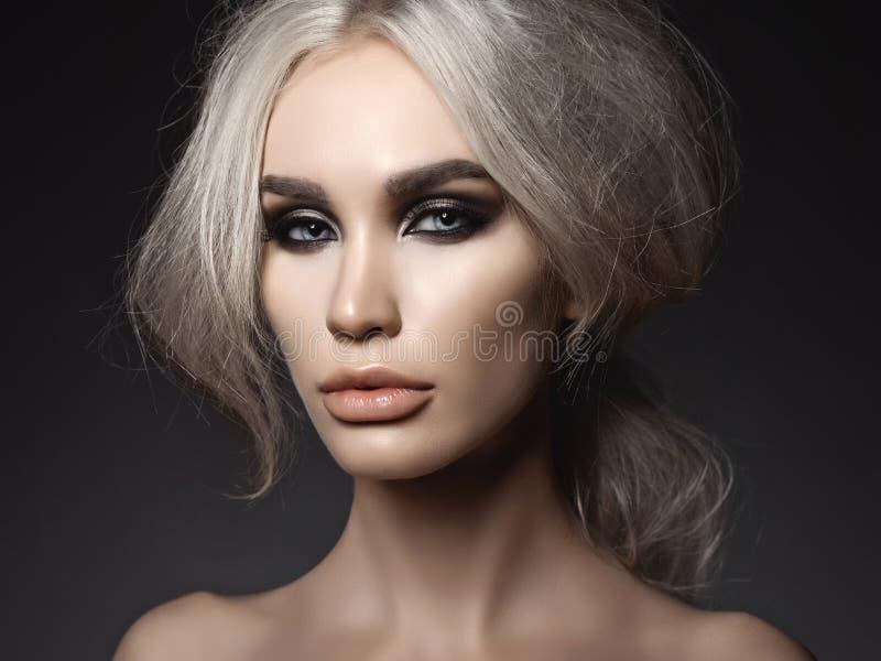 Piękna blondynki kobieta z dymiącym oka makeup zdjęcie royalty free