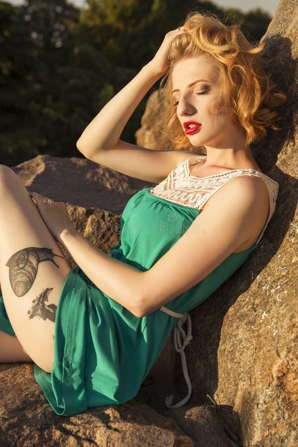 Piękna blondynki kobieta z kędzierzawą krótką koczek fryzurą, delikatną obraz royalty free