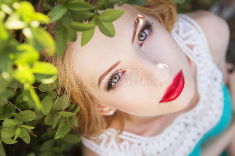 Piękna blondynki kobieta z kędzierzawą krótką koczek fryzurą, delikatną zdjęcie stock