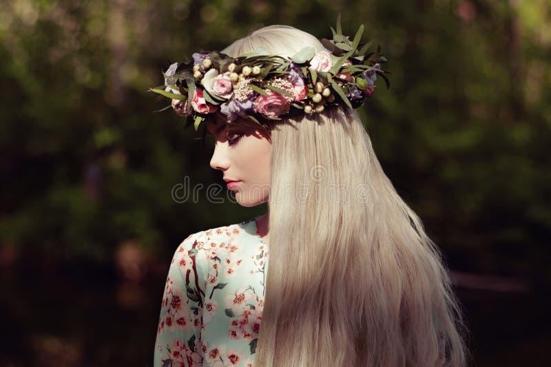 Piękna blondynki kobieta z kwiatu wiankiem na jej głowie zdjęcia royalty free