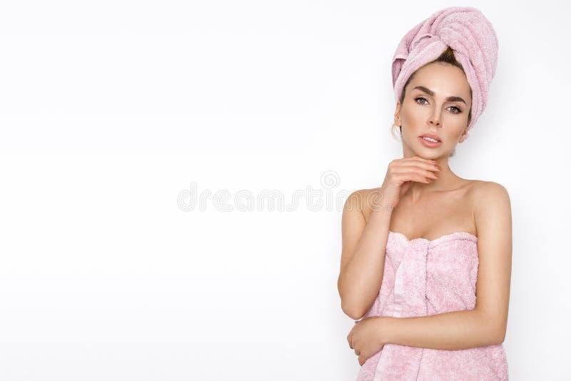 Piękna blondynki kobieta z ręcznikiem na jej głowie ubierał w kąpielowym ręczniku zdjęcia royalty free