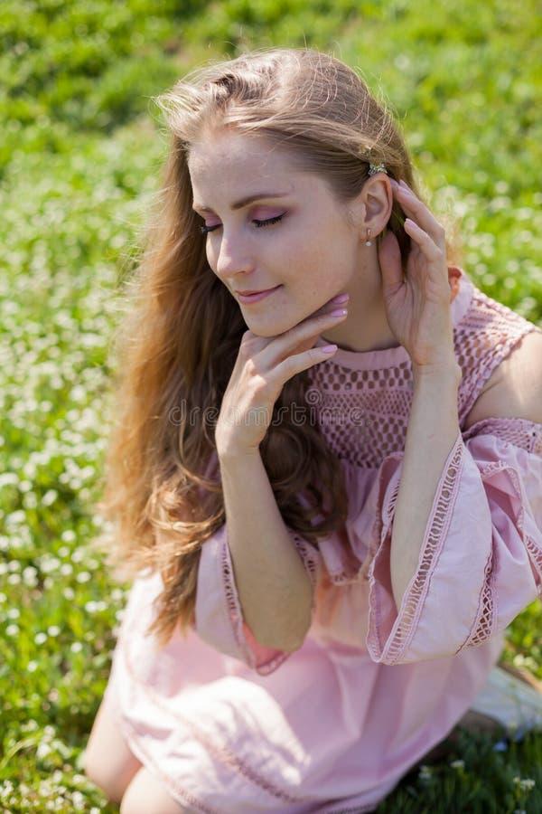 Piękna blondynki kobieta zbiera wiosna kolor w ogródzie obrazy stock