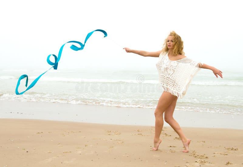 Piękna blondynki kobiety gimnastyczka pracująca z faborkiem na b out fotografia royalty free