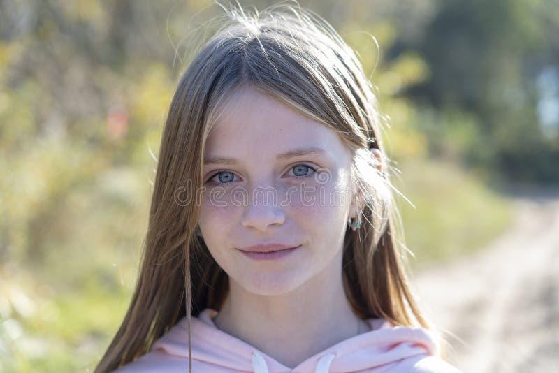 Piękna blondynki młoda dziewczyna z piegami outdoors na natury tle w jesieni, zbliżenie portret obraz stock