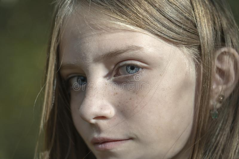 Piękna blondynki młoda dziewczyna z piegami outdoors na natury tle w jesieni, zbliżenie portret zdjęcia royalty free