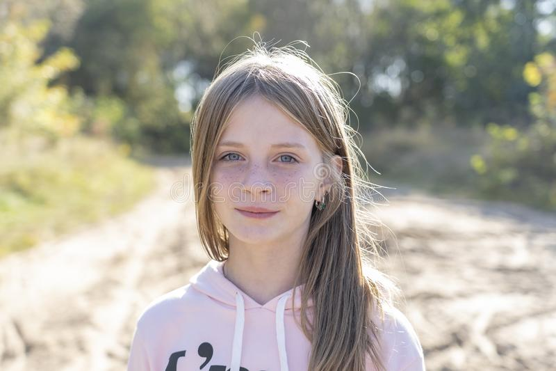 Piękna blondynki młoda dziewczyna z piegami outdoors na natury tle w jesieni, zbliżenie portret obraz royalty free