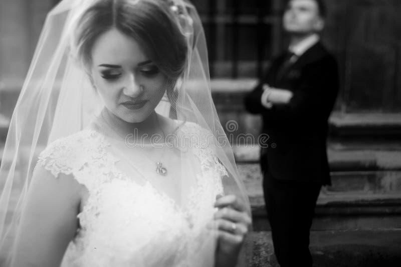 Piękna blondynki panna młoda w luksusowej białej ślubnej sukni pozuje outd obraz royalty free