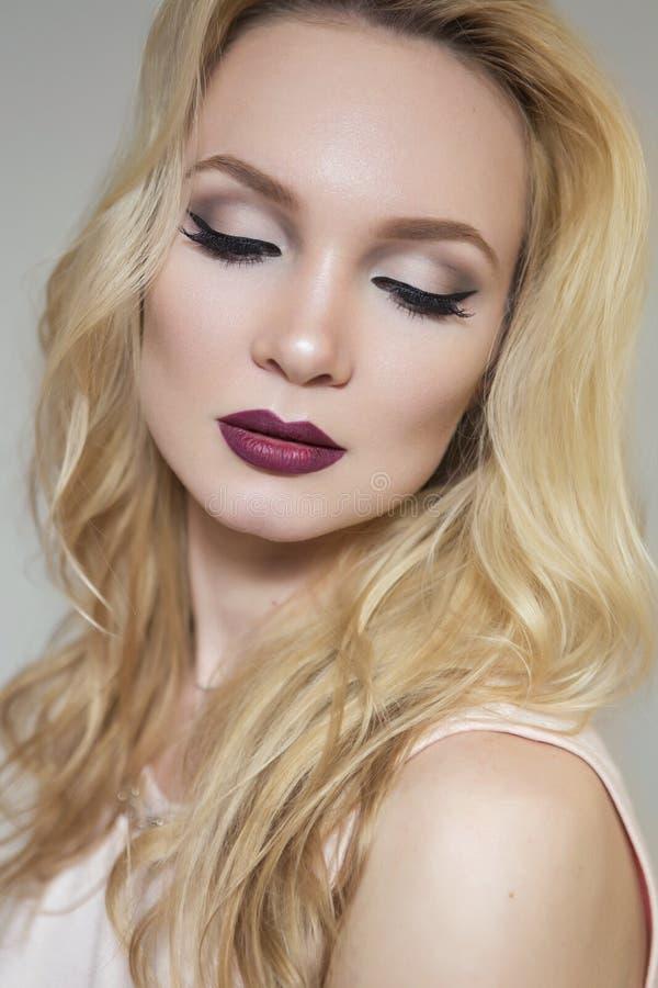 Piękna blondynki panny młodej modela kobieta w bielu smokingowym z weddi i zdjęcie stock