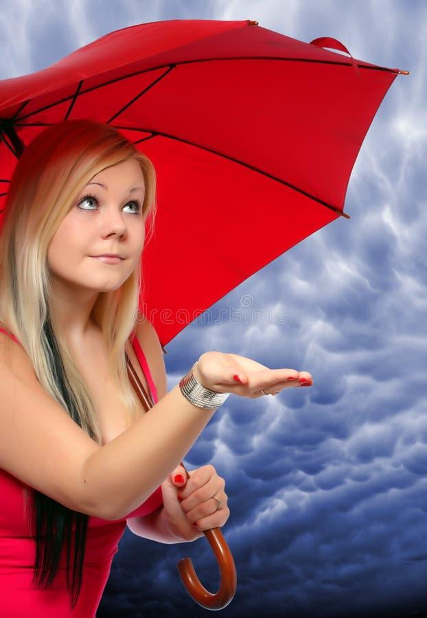 piękna blondynki parasol zdjęcie royalty free
