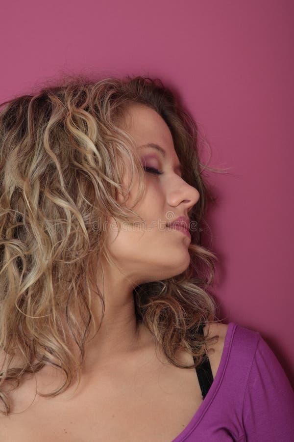piękna blondynki sukni dziewczyny fiołka kobieta zdjęcia stock