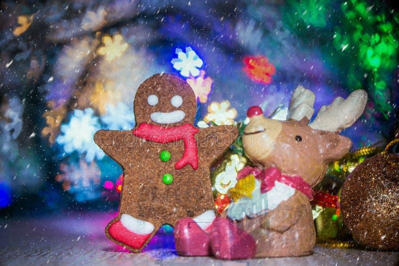 Piękna Bożenarodzeniowa dekoracja i piernikowy mężczyzna z śniegiem fotografia stock
