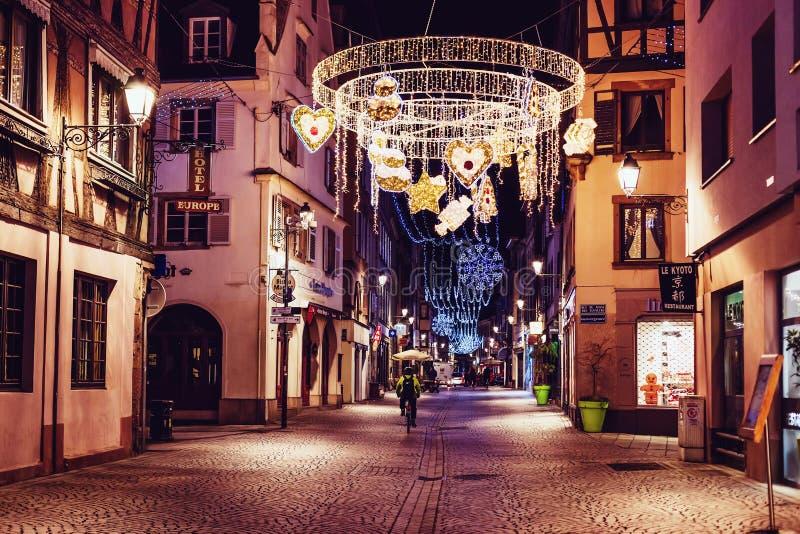 Piękna bożonarodzeniowe światła iluminacj dekoracja na Francuskiej ulicie w Strasburg podczas starych bożych narodzeń Wprowadzać  fotografia stock