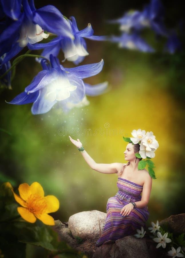 Piękna boginki dziewczyna z czarodziejskim fantazja kwiatem fotografia royalty free