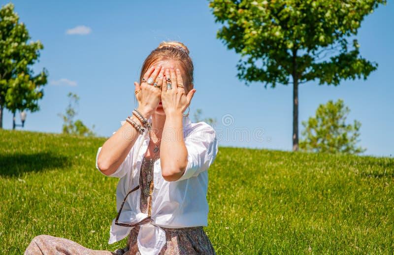 Pi?kna boho stylu kobieta z akcesoriami cieszy si? lato s?onecznego dzie? w parku Kobiet r?ki z bransoletkami i pier?cionkami obrazy royalty free