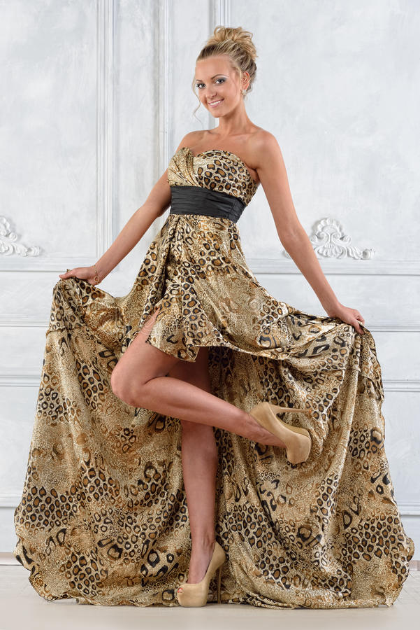 Piękna bonde kobieta w długiej sukni. zdjęcie royalty free