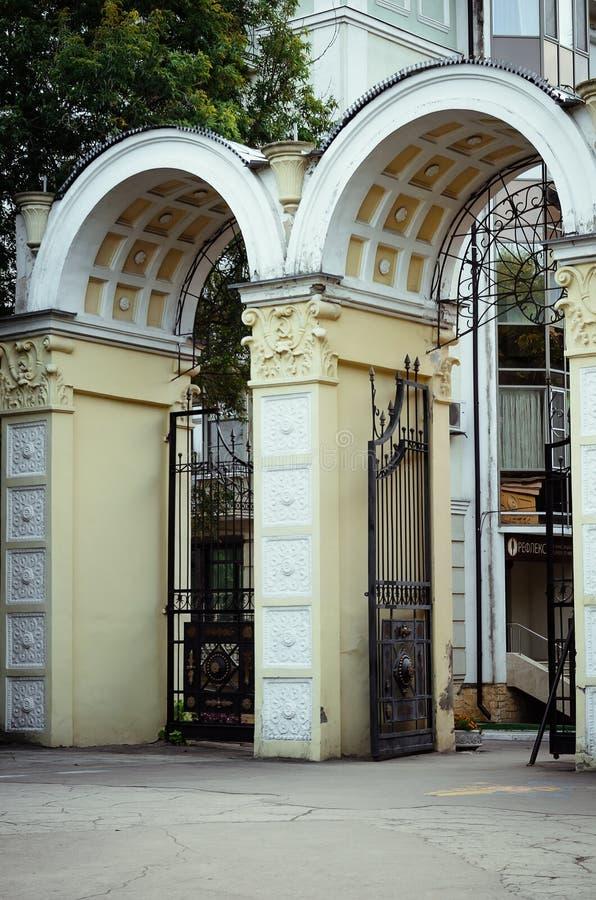 Piękna brama i łuk przy wejściem park zdjęcia stock