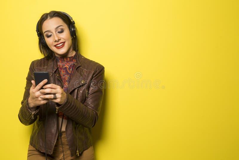 Piękna Brazylijska dziewczyna cieszy się muzykę z głową dzwoni wewnątrz fotografia royalty free