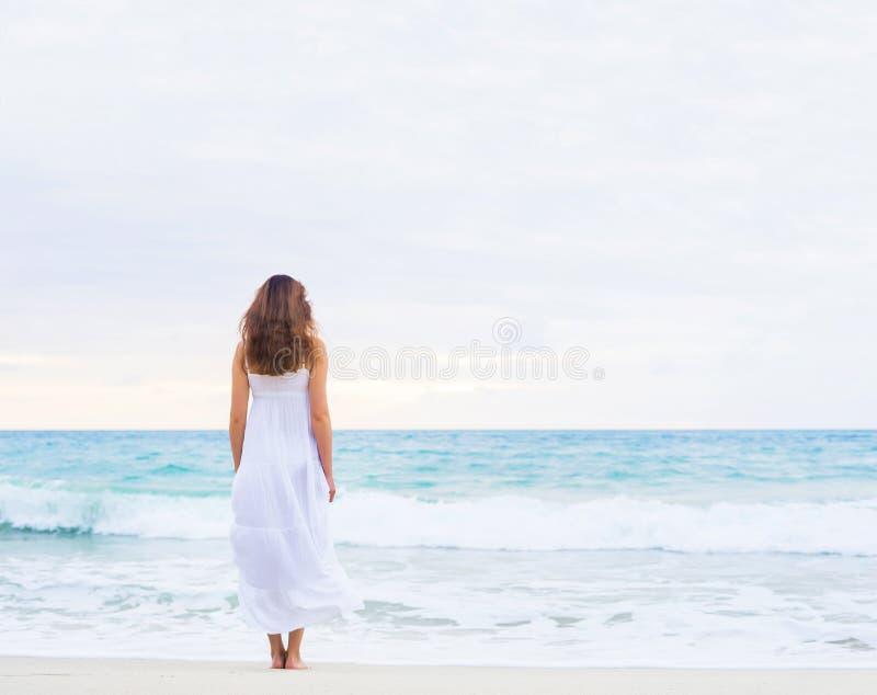 Piękna brunetka iść falisty ocean fotografia stock