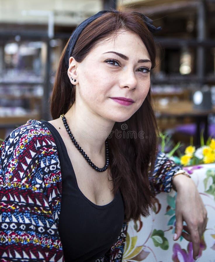 Piękna brunetka pozuje przy kamerą zdjęcie stock