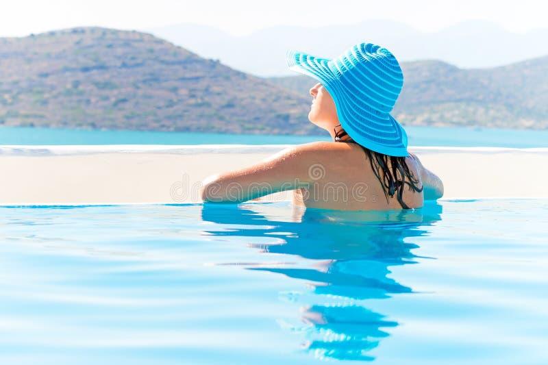 Piękna Brunetka Relaksuje W Pływackim Basenie Obrazy Royalty Free
