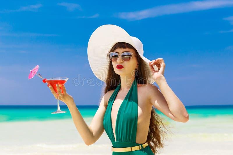 Piękna brunetka w słomianym kapeluszu z Martini szkłem na sh zdjęcia stock