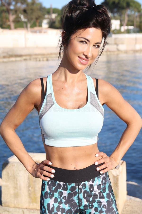 piękna brunetka w sportswear obraz royalty free