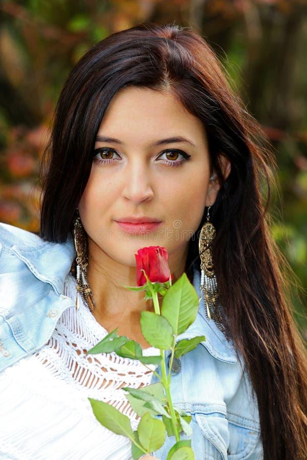 Piękna brunetka z czerwieni różą obraz royalty free
