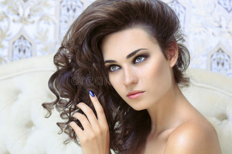 Piękna brunetka z długim kędzierzawym włosy obrazy stock