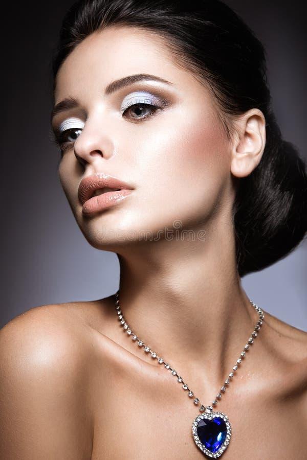 Piękna brunetka z jaskrawym wieczór makijażem z kolii sercem ocean obrazy stock
