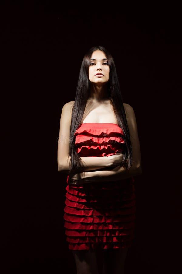 Piękna brunetka z wewnątrz czerwoną suknią obrazy royalty free