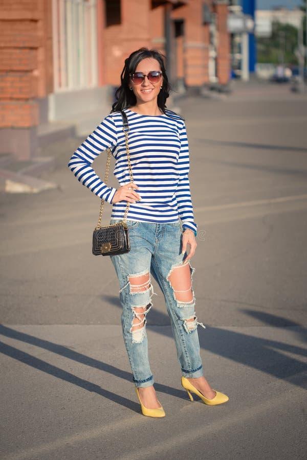 Piękna brunetki dziewczyna chodzi przez miasta obraz stock