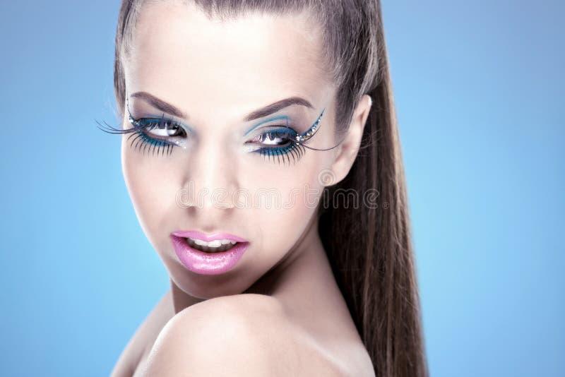 Piękna brunetki dziewczyna z luksusowym makeu obrazy stock