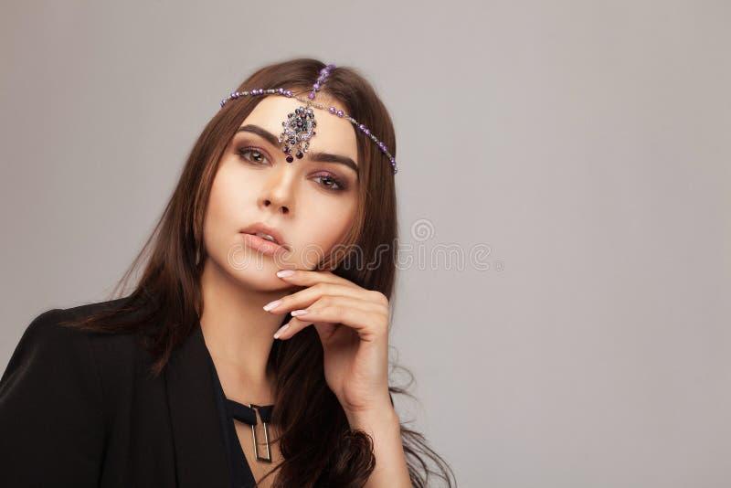 Piękna brunetki dziewczyna z włosy fryzującym ogonem fotografia stock