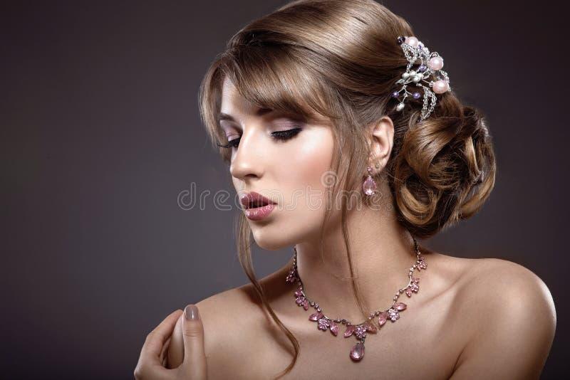 Piękna brunetki dziewczyna z wieczór makijażem i perfect skórą zdjęcia royalty free
