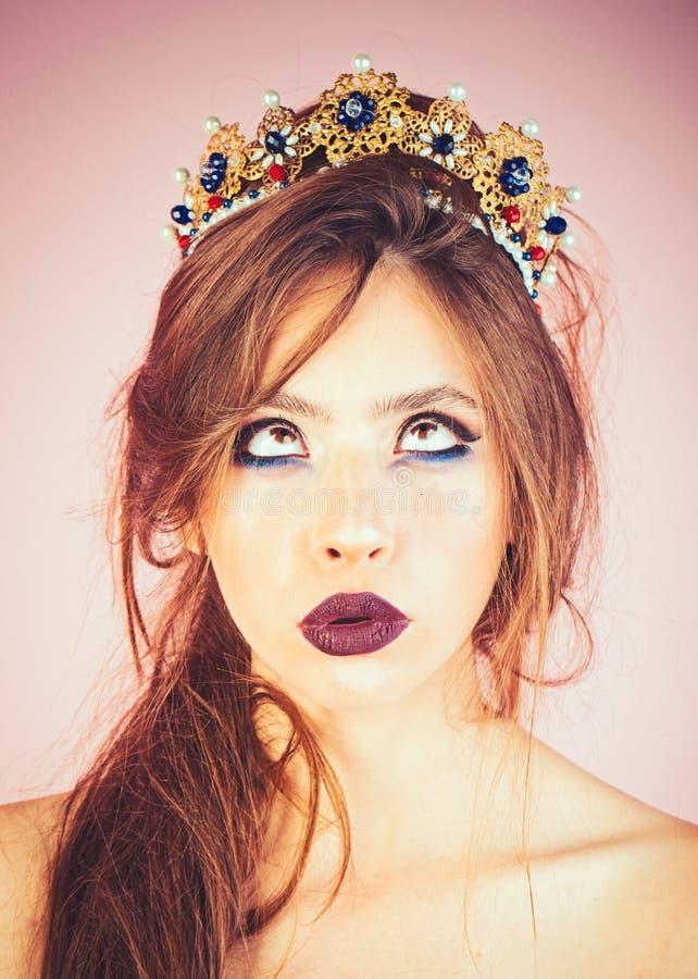 Piękna brunetki dziewczyna z złotym korony i profesjonalisty wieczór makijażem Piękno Twarz zdjęcia stock