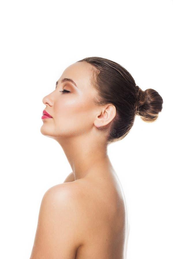 Piękna brunetki dziewczyna z zbierającym włosy plecy z delikatnym makeup, oczy zamykający, wargi rozdzielać warty profilowy nagie fotografia royalty free